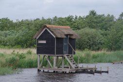 Bijzondere vogelkijkhut van It Fryske Gea in Alde Feanen door brand verwoest