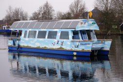 Vanaf een boot wintergasten en trekvogels spotten in De Alde Feanen